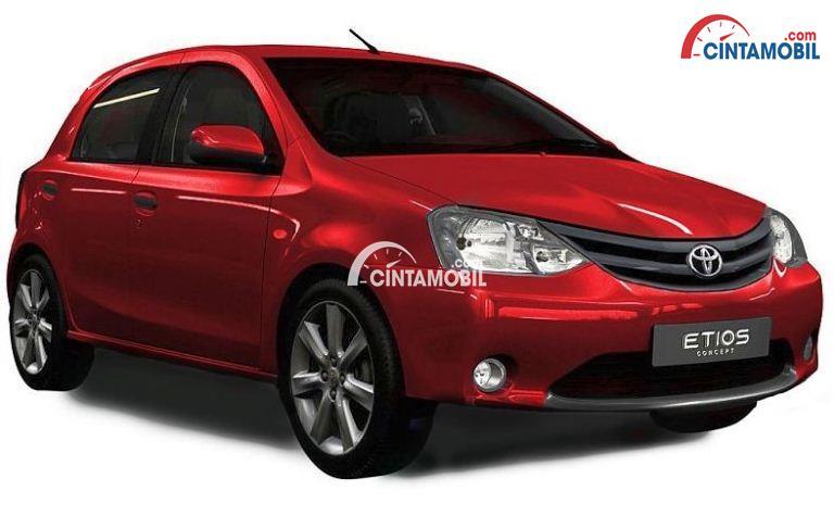 Gambar mobil Toyota Etios 2017 berwarna merah dilihat dari sisi depan