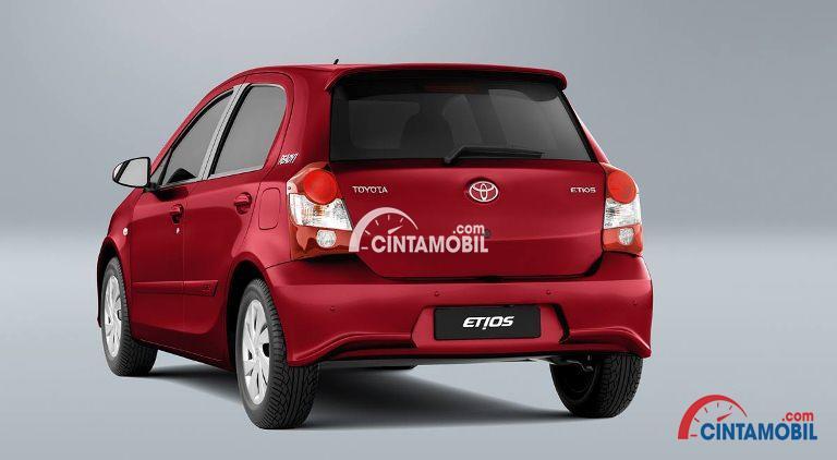 Gambar mobil Toyota Etios 2017 berwarna merah dilihat dari sisi belakang