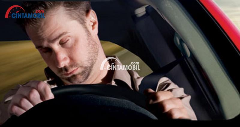 Gambar yang menunjukan seorang pengemudi pria yang sedang mengantuk ketika mengemudi