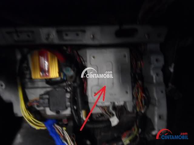 Gambar yang menunjukan contoh unit kontrol power steering pada bagian mesin mobil