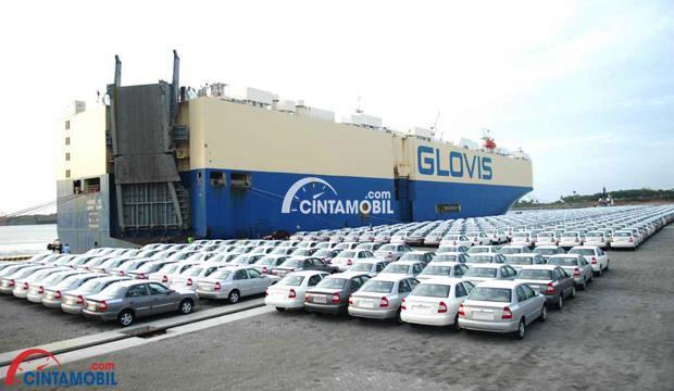 Gambar yang menunjukan ratusan mobil sedang diparkir pada pelabuhan di sebelah kapal