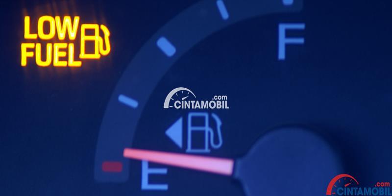 Gambar yang menunjukan bahan bakar sudah mulai habis pada bagian penunjuk bahan bakar pada dashboard