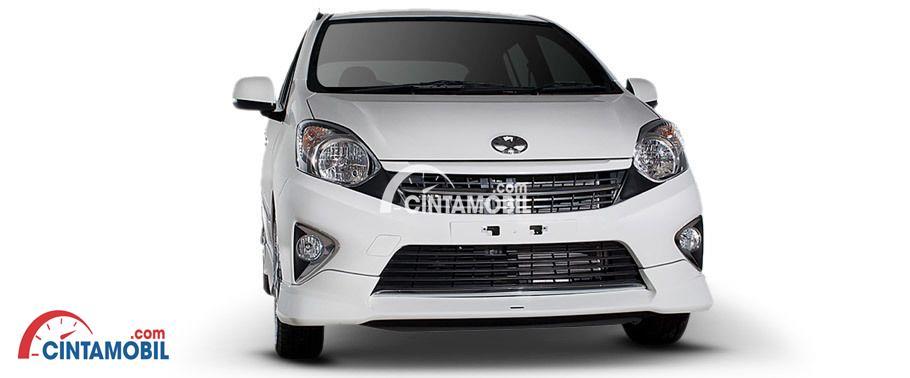 Toyota Agya 2016 berwarna putih dilihat dari sisi depan