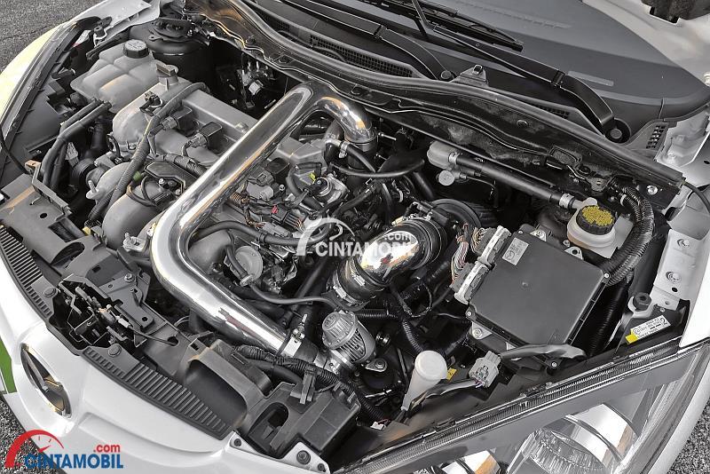 Gambar yang menunjukan bagian mesin mobil dengan mesin turbocharger
