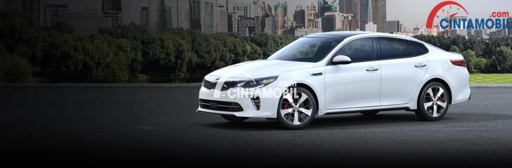 Gambar yang menunjukan mobil sedan menengah Kia Optima berwarna putih