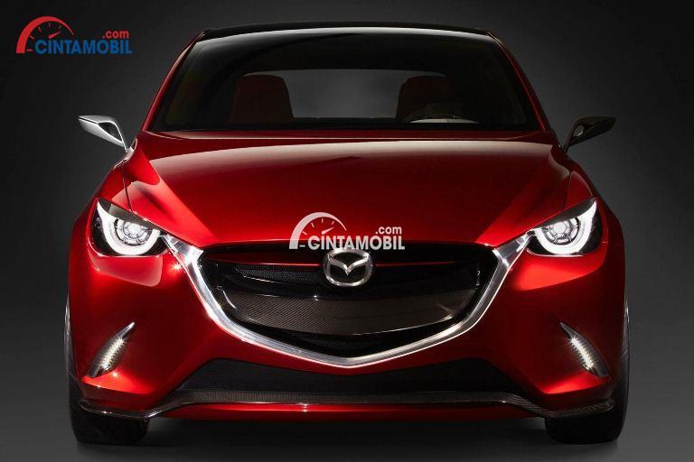 Gambar mobil Mazda 2 2017 berwarna merah dilihat dari sisi depan
