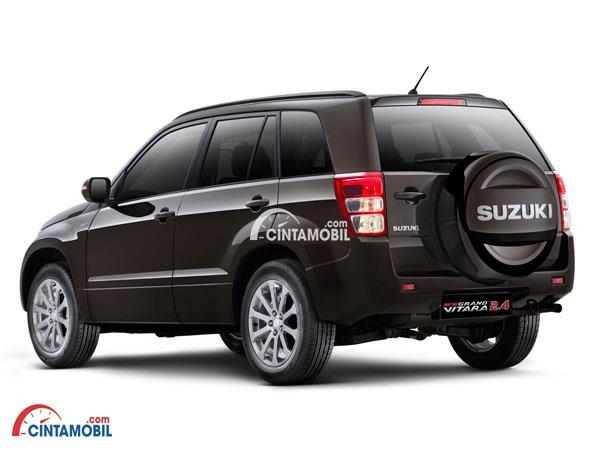 Eksterior belakang Suzuki Grand Vitara tampil maskulin dengan konde atau ban cadangan yang disematkan pada bodi belakangnya