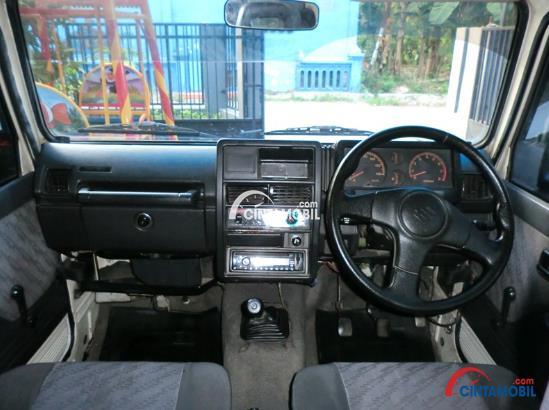 Desain interiornya yang minim fitur dan belum tampil modern, menjadi salah satu kekurangan Suzuki Katana