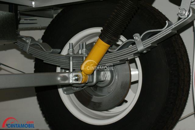 Gambar menunjukkan fitur suspensi di mobil Suzuki Jimny 2018