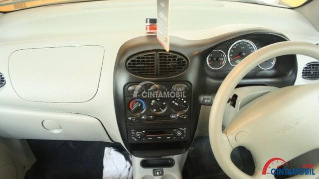 Gambar bagian dashboard mobil Chery QQ 2008 berwarna putih