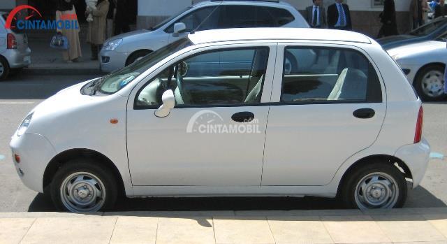 Gambar mobil Chery QQ 2010 berwarna abu-abu dilihat dari sisi samping
