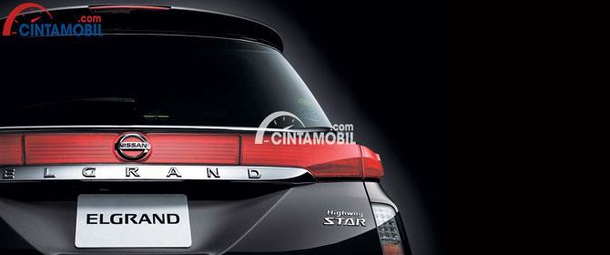 Eksterior belakang Nissan Elgrand banyak didominasi oleh aksen krom mengilap yang disematkan pada beberapa sisi