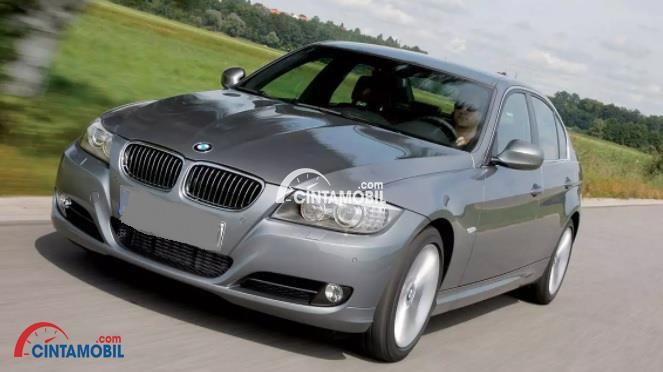 Gambar mobil BMW 320i 2010 berwarna abu-abu dilihat dari sisi depan