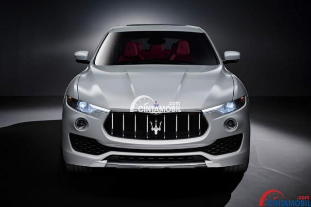 gambar bagian depan mobil  Maserati Levante 2018 berwarna putih