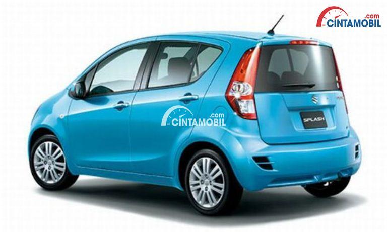 Mobil Suzuki Splash 2013 berwarna biru muda dilihat dari sisi belakang
