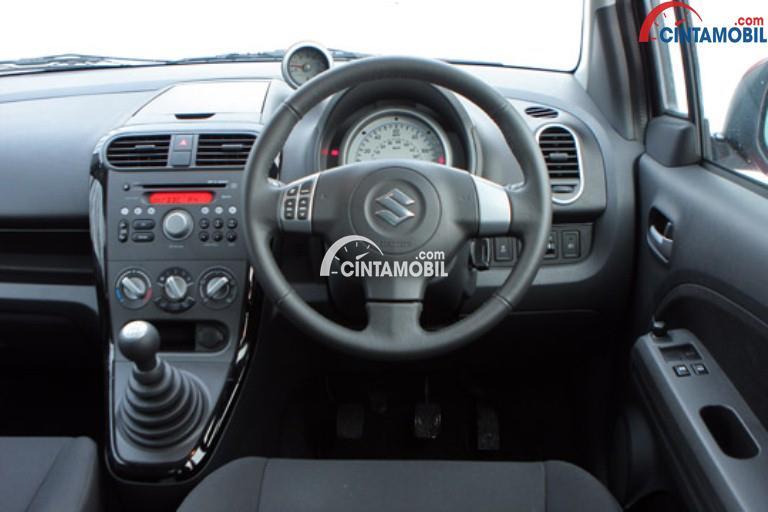 Bagian dashboard mobil Suzuki Splash 2013 dengan warna utama yaitu abu-abu