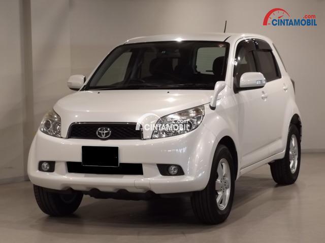 gambar bagian depan mobil Toyota Rush 2009 berwarna putih