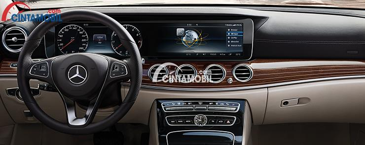 Interior Mercedes-Benz E-Class AMG Line dihias apik dengan panel kayu berkualitas