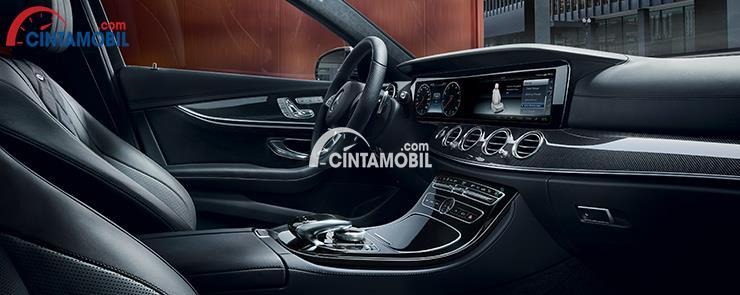 Ruang interior Mercedes-Benz E-Class menyuguhkan beragam fitur lengkap dan multifungsi