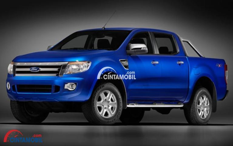 Gambar bagian samping mobil Ford Ranger 2012 berwarna biru tua