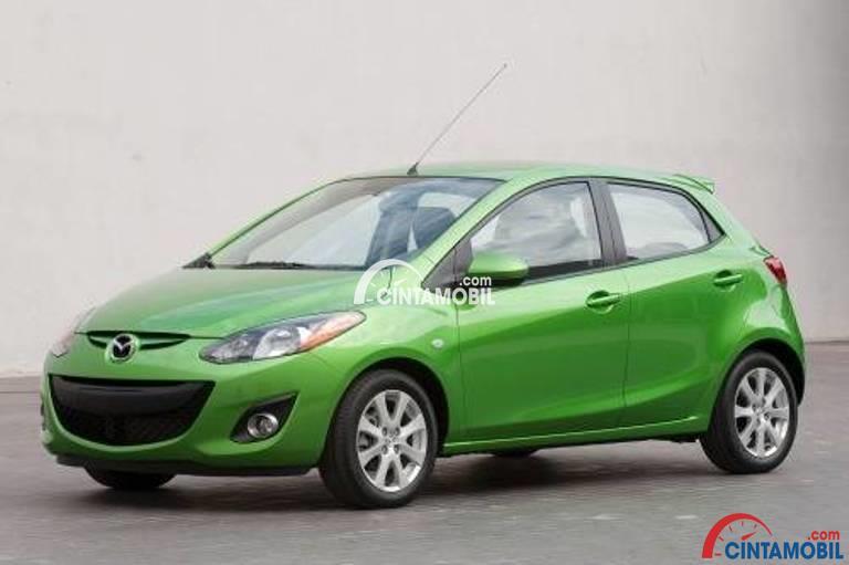 Gambar mobil Mazda 2 2012 berarna hijau dilihat dari sisi depan