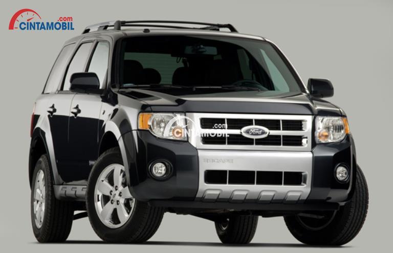 Gambar mobil Ford Escape 2008 berwarna hitam dilihat dari sisi depan