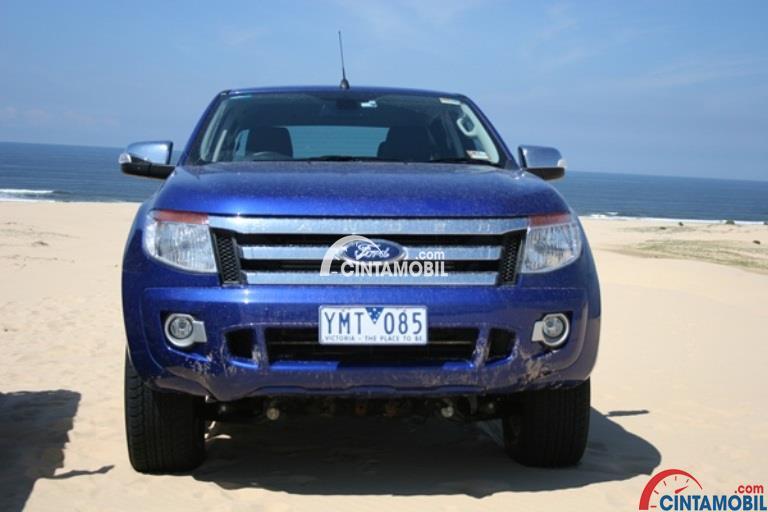 Tampilan bagian depan mobil Ford Ranger 2012 berwarna biru