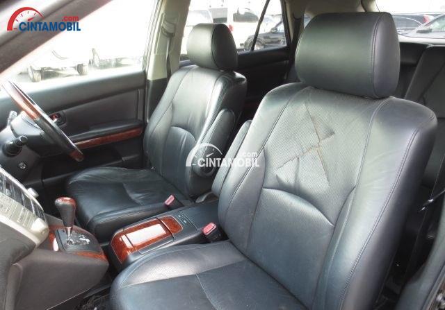 gambar bagian kursi mobil Toyota Harrier 2003 berwarna abu-abu