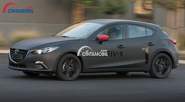 Gambar yang menunjukan mobil Mazda dengan tulisan SkyActiv-X berwarn hitam