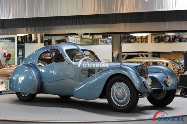Gambar yang menunjukan salah satu mobil indah Bugatti Type 57SC Atlantic keluaran 1936