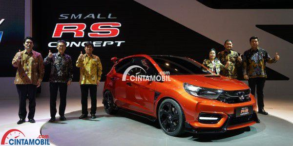 Gambar yang menunjukan jajaran direksi Honda yang sedang berfoto pada mobil konsep Small RS