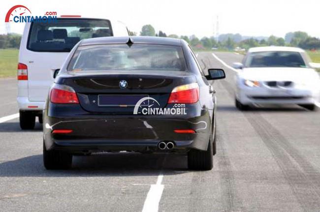 gambar mobil ingin menyalip namun ada kendaraan lain dari arah berlawanan