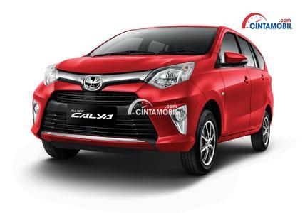 Gambar mobil Toyota Calya 2018 berwarna merah dilihat dari sisi depan