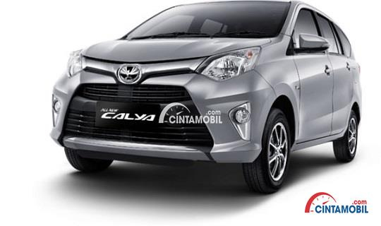 Gambar Bodi Dan Lekukan mobil Toyota Calya berwarna abu-abu dilihat dari sisi depan Yang Bagus