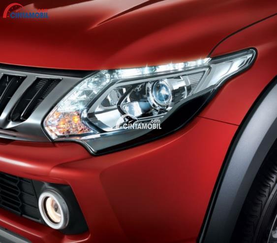 Gambar bagian Lampu mobil Mitsubishi Triton berwarna merah