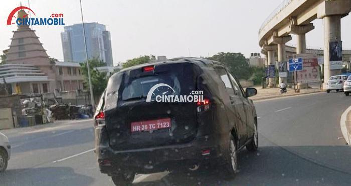 Mobil kamuflase di uji di jalanan India