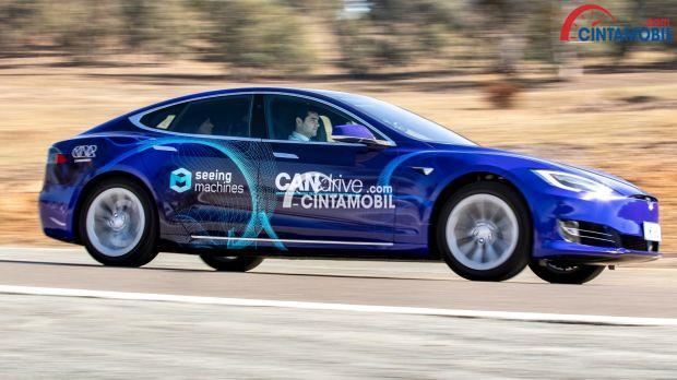 Gambar yang menunjukan mobil CAN Drive berwarna biru yang sedang melaju di jalanan