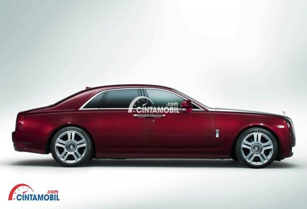 Bagian samping mobil Rolls Royce Ghost 2015 berwarna merah