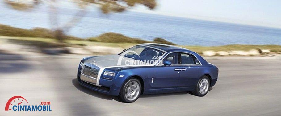 Gambar mobil Rolls Royce Ghost 2015 berwarna biru sedang berjalan di jalan
