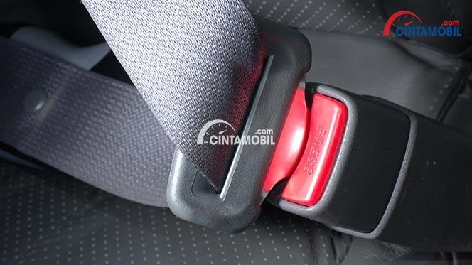 gambar seat belt mobil yang sudah terpasang