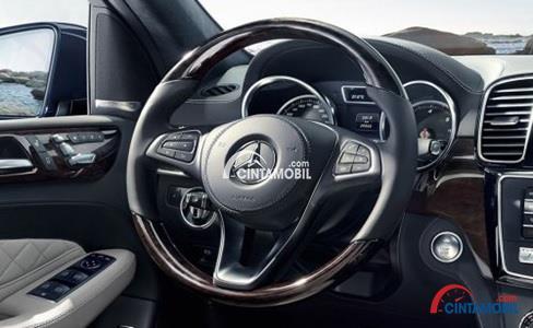 Gambar bagian Kemudi Dengan Tiga Palang Mewah di mobil Mercedes-Benz GLS 400 2016