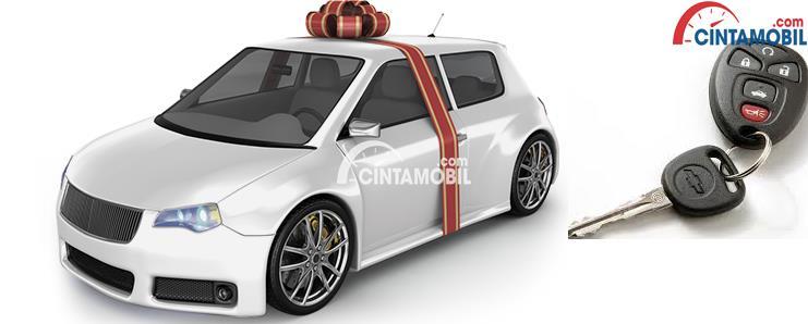 Gambar yang menunjukan mobil berwarna putih yang sedang diikat dengan pita berwarna merah
