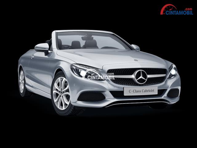 Mercedes-Benz C-Class Cabriolet berwarna silver dilihat dari sisi depan