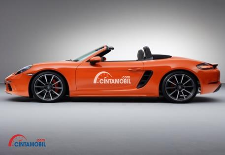 Bagian Samping Dengan Atap Terbuka mobil Porsche 718 Boxster S 2016 berwarna orange