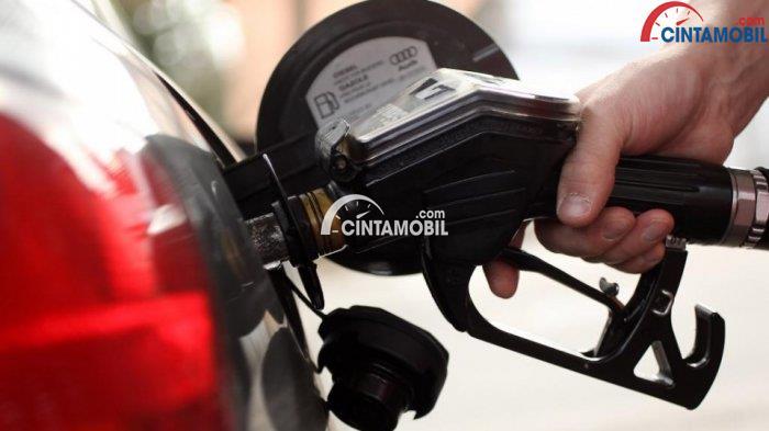 Gambar yang menunjukan mobil yang sedang mengisi bbm di pom bensin