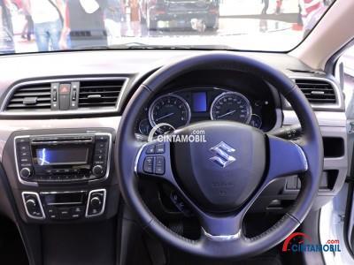 Setir Suzuki Ciaz 2015 sudah dikemas dengan fitur praktis seperti Audio Steering Switch yang mampu mengatur alur musik dari panel Head Unit-nya
