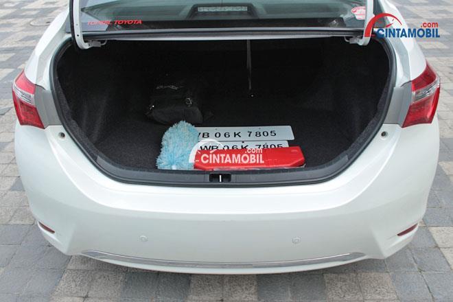 Gambar menunjukkan bagasi Toyota Corolla Altis 1.8 V AT