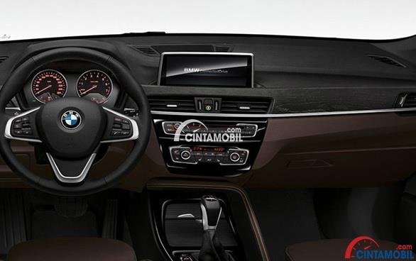 Kemudi Tiga Palang Yang Sporty pada bagian dashboard mobil BMW X1 sDrive18i xLine 2016