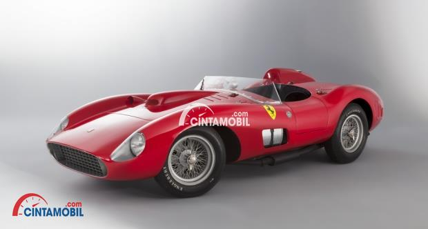 Gambar yang menunjukan mobil Ferrari 335 S keluaran tahun 1957 berwarna merah