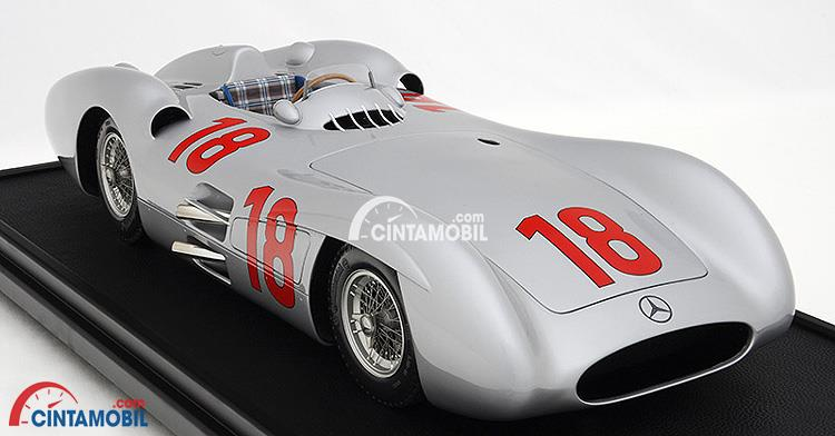 Gambar yang menunjukan mobil Mercedes-Benz W196 keluaran tahun 1954 berwarna putih